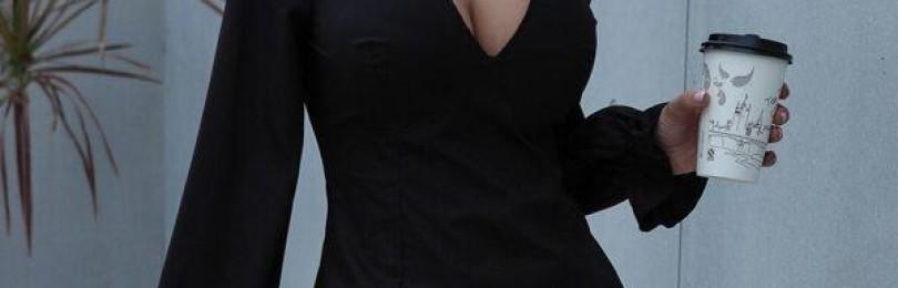 Черное короткое платье с декольте
