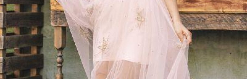 Красивое розовое нарядное платье со звездочками для девочки